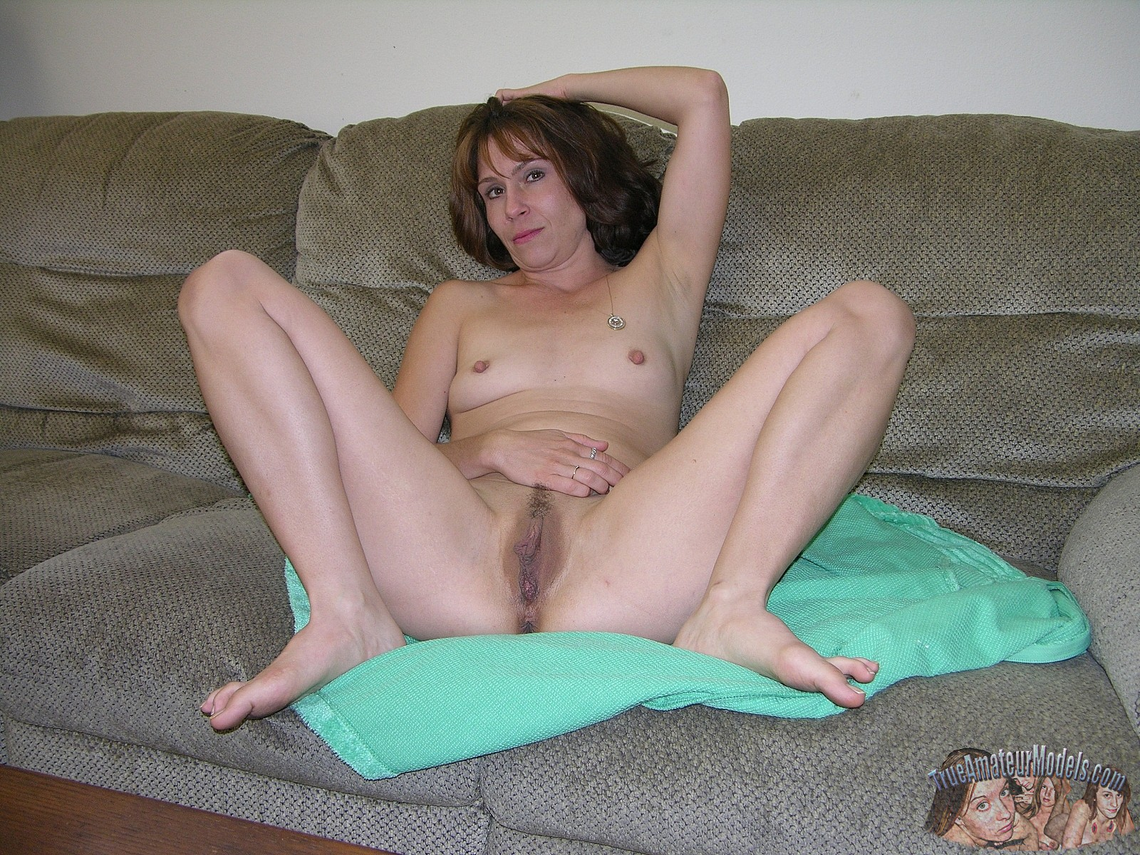 Amateur Porn Housewife bored anonymous mature housewife tried out her first amateur