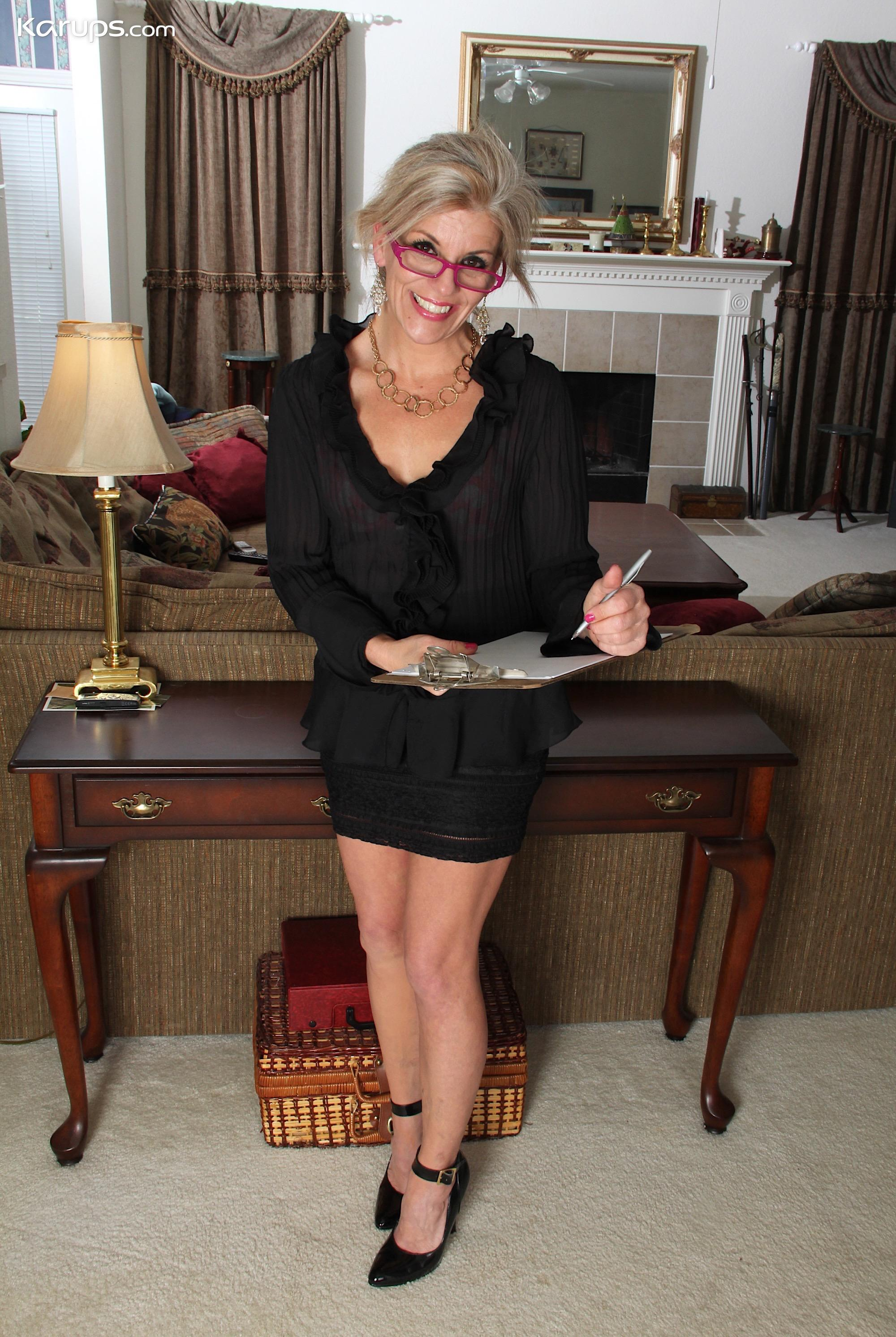 sugar granny Sierra Smith with a sexy upskirt flash picture 3