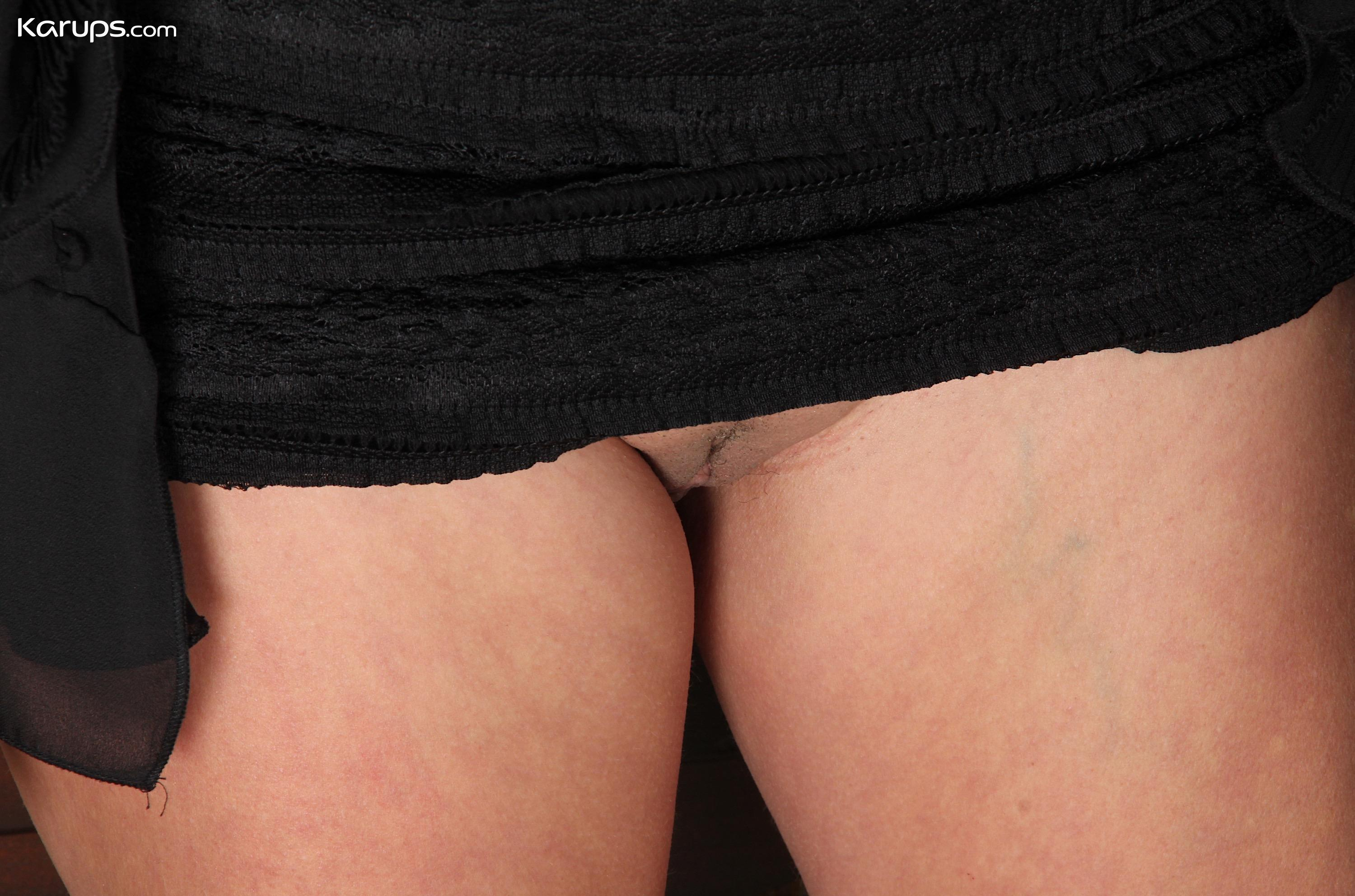 sugar granny Sierra Smith with a sexy upskirt flash picture 9