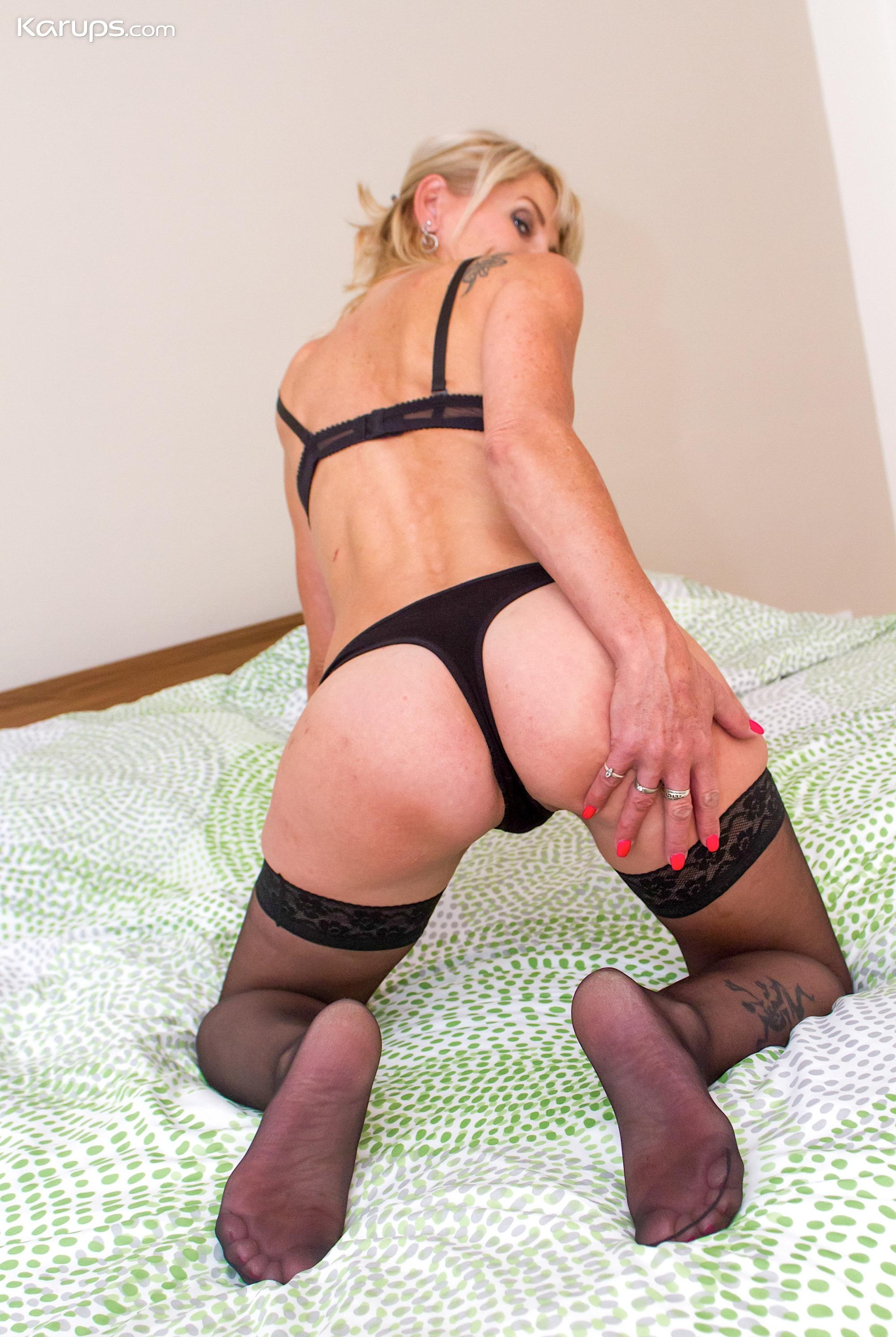 skinny mature wife flashing her sportive butt picture 8