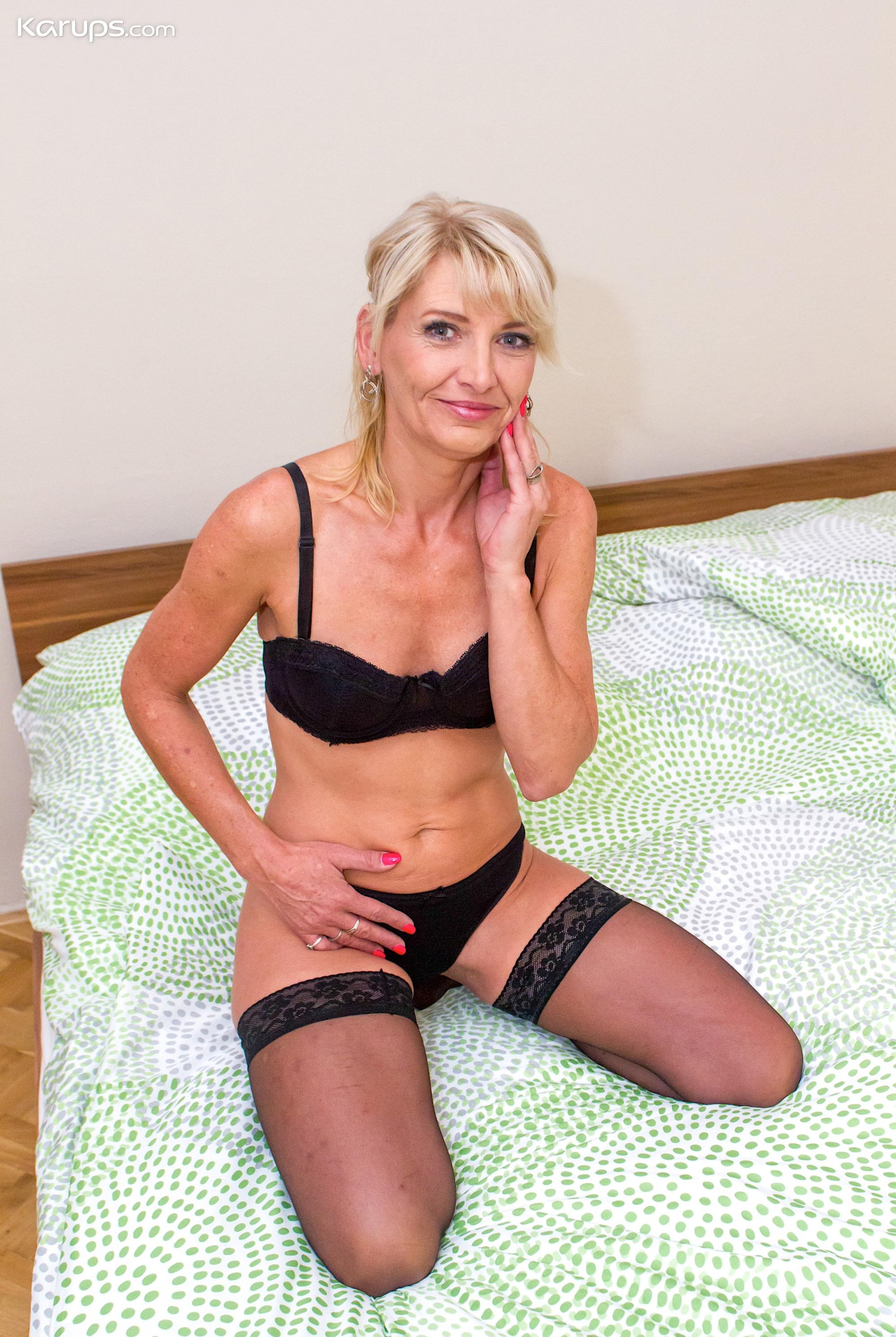 skinny mature wife flashing her sportive butt picture 4