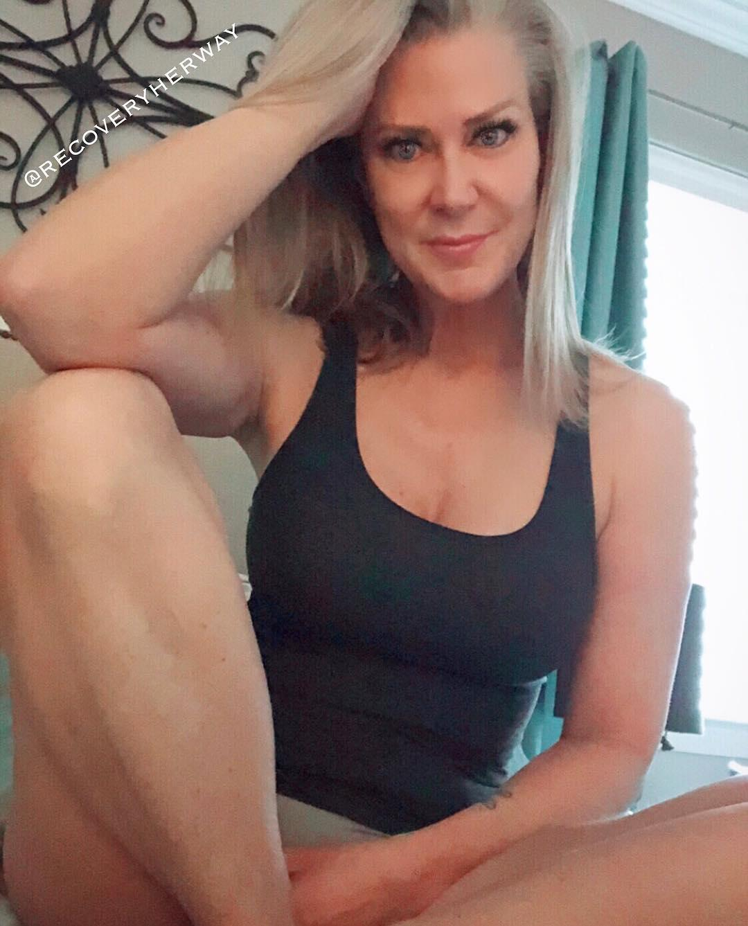 super cute single mom broadcasting selfies from the gym picture 3