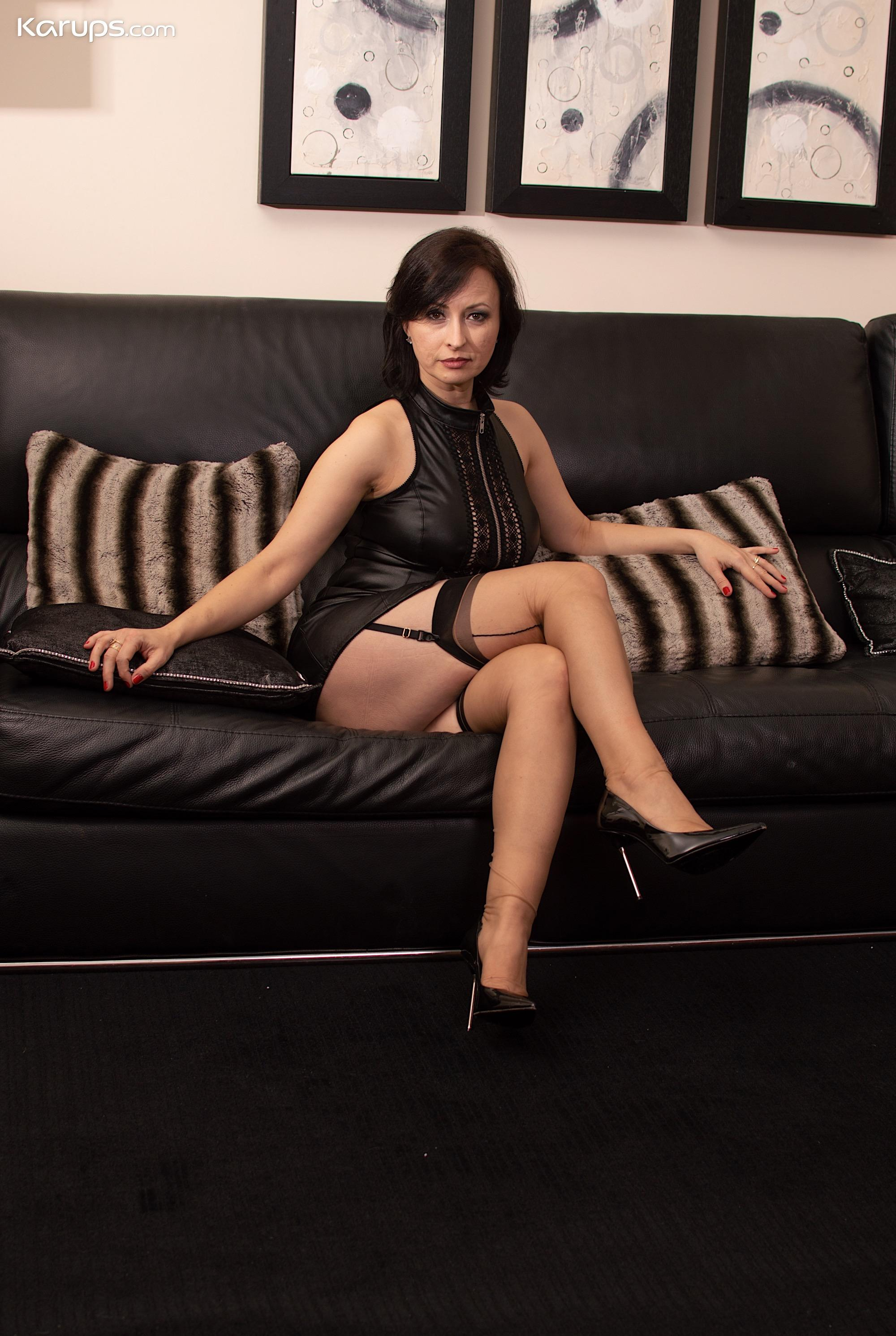 seductive rich 50 year old business woman shows her little hot cat picture 2